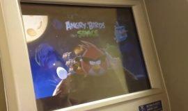 Imagem de Vídeo de homem instalando Angry Birds em caixa eletrônico viraliza